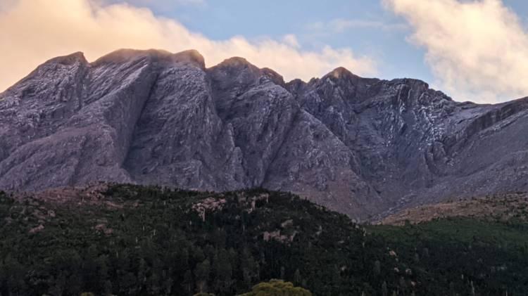 El cerro de la Ventana y todo el cordón amanecieron nevados