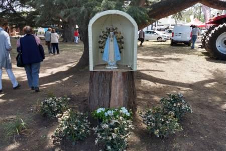 Una imagen de la Virgen de Luján se entronizó en la Sociedad Rural