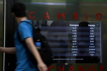 El nuevo cepo planchó al mercado cambiario: bajaron el dólar oficial y el blue