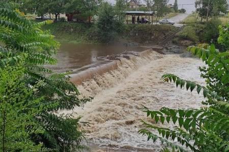 Desbordan arroyos y ríos por las copiosas lluvias en Sierra