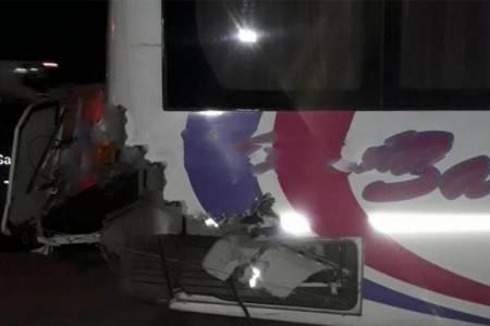 Tren de pasajeros y colectivo chocan en el paso a nivel del acceso a Pigüé