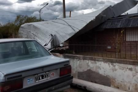"""Una """"cola de tornado"""" provocó voladura de techo, tejas y postes en San Cayetano"""