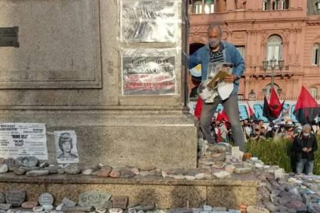 Día de la Lealtad: pisaron las piedras de los muertos por Covid-19 para arrancar fotos de víctimas