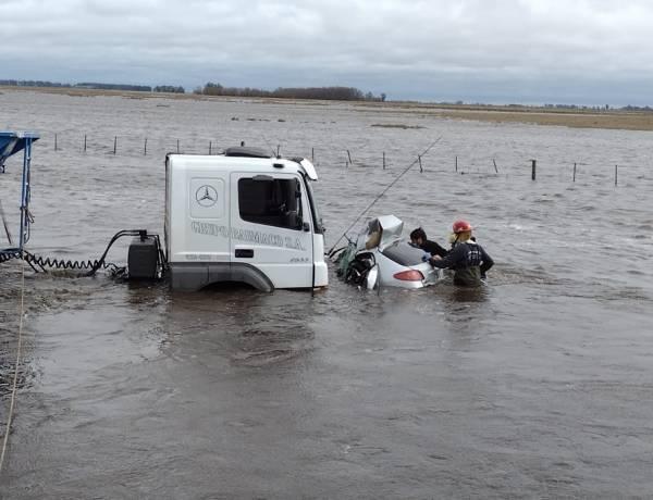 Una mujer murió tras chocar su auto contra un camión: el vehículo cayó al agua